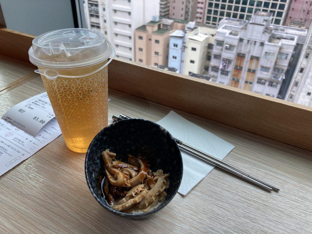 台灣滷牛肚與綠茶